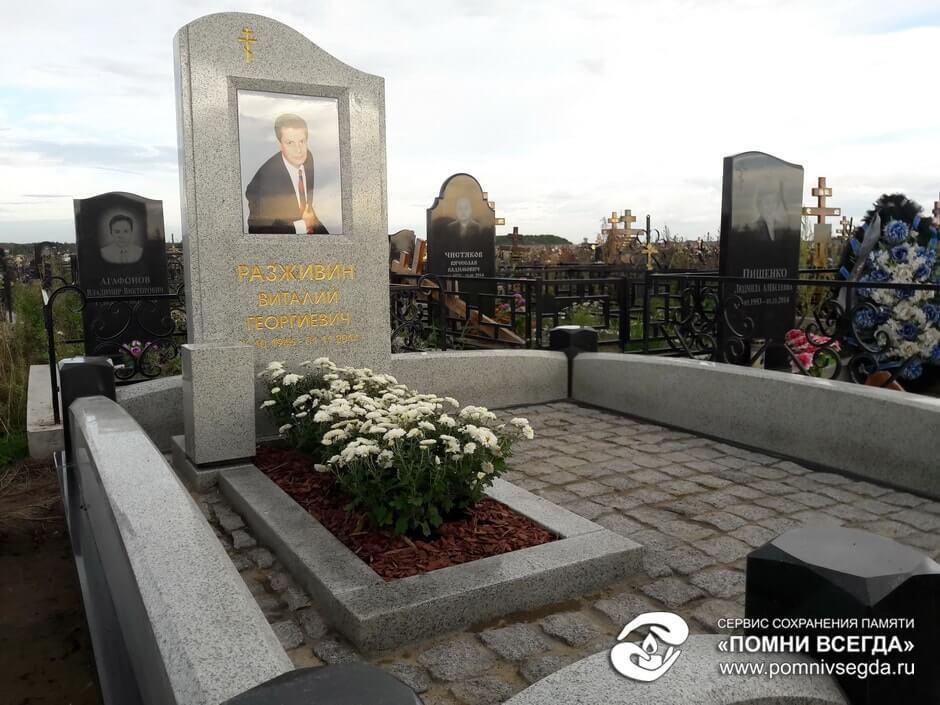 Ваза. Лезниковский гранит Вышний Волочек Эконом памятник с резным крестиком в углу Электроугли